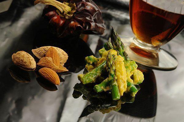 Espárragos en salsa de almendra con aceite de oliva virgen extra de la DOP Estepa