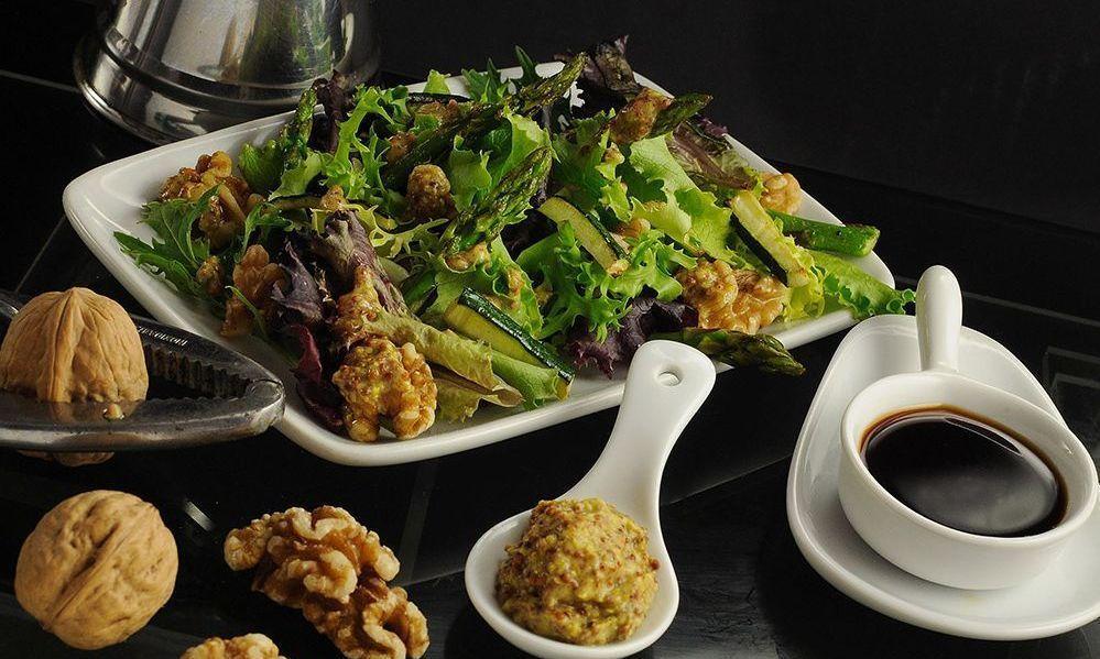 Ensalada de verduras con vinagreta de nueces y virgen extra