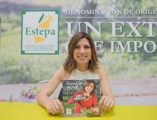 """La D.O.Estepa presenta, junto a la reconocida bloguera Isasaweis, el libro de recetas """"Cocina con AOVE"""""""