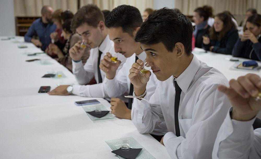 Alumnos de la Escuela de Hostelería Heliópolis en la cata del Aceite de Oliva Virgen Extra
